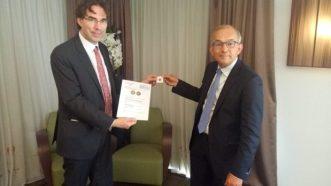 Amsterdammertje en certificaat - door Simon Lelieveldt van Financieel Erfgoed aan Piet Mallekoote (betaalvereniging Nederland)